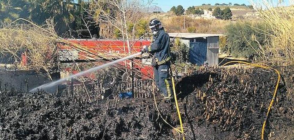 Una quema descontrolada de restos agrícolas provoca un incendio en Cieza