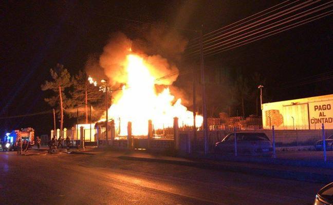 Arde una fábrica de palés y varios camiones en Monteagudo