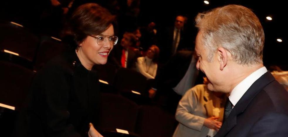 La vicepresidenta pide a Puigdemont que deje de hacer «el ridículo« y de dar el «espectáculo»