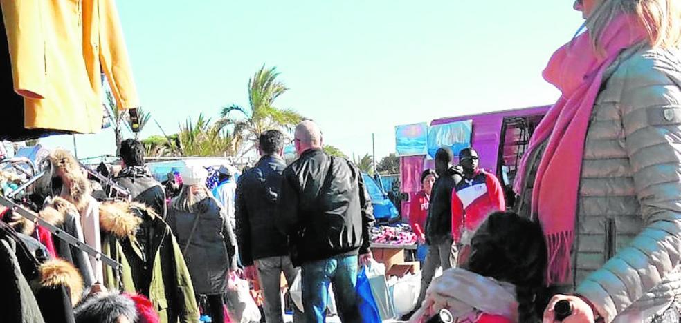 Los ambulantes de Cabo de Palos denuncian la «inacción policial» contra los 'manteros'