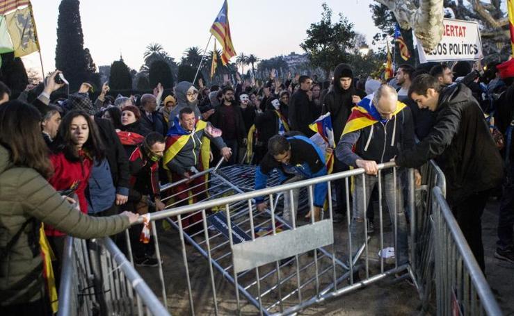 Tensión en el exterior del Parlament entre manifestantes y Mossos