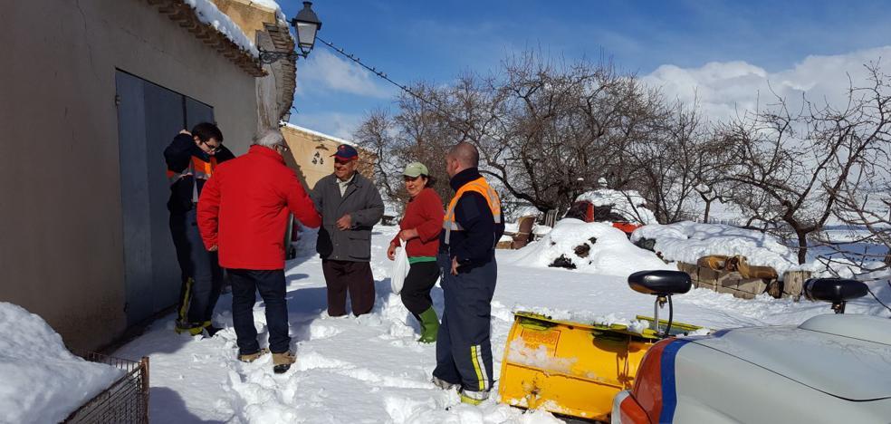 Rescatan a ocho familias de dos casas rurales en Moratalla