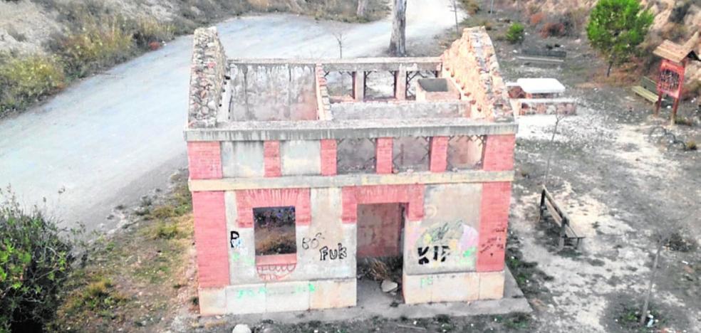 El Consistorio reclama a Adif restaurar las estaciones de Los Baños y el Zurbano