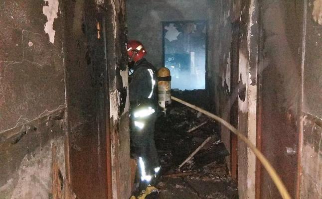 Dos intoxicados por humo en el incendio de una vivienda en Molina