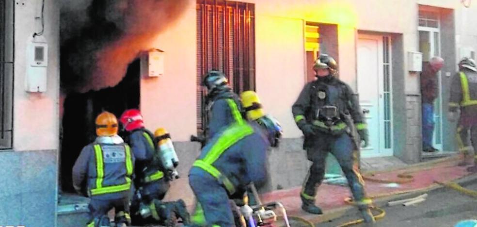 Molina se vuelca con la familia que perdió su casa en un incendio