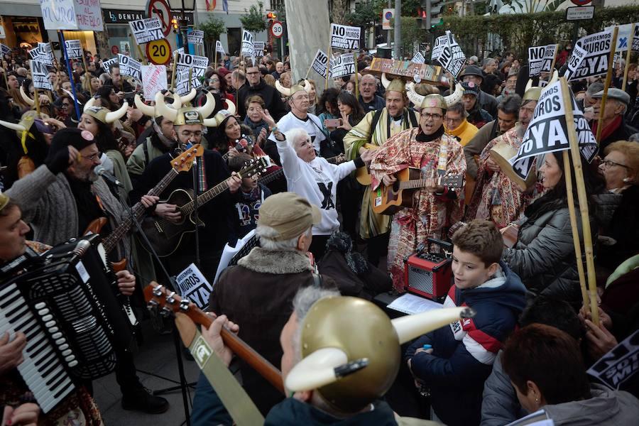 Cerca de 2.000 personas se manifiestan en la Delegación del Gobierno por el soterramiento