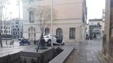 Un conductor perdido acaba con el coche colgando en una plaza de Sabadell