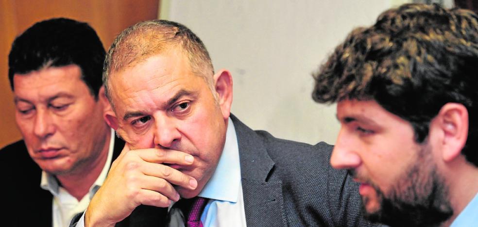 El senador del PP por Murcia se ausenta en la votación del 'tasazo' al Trasvase