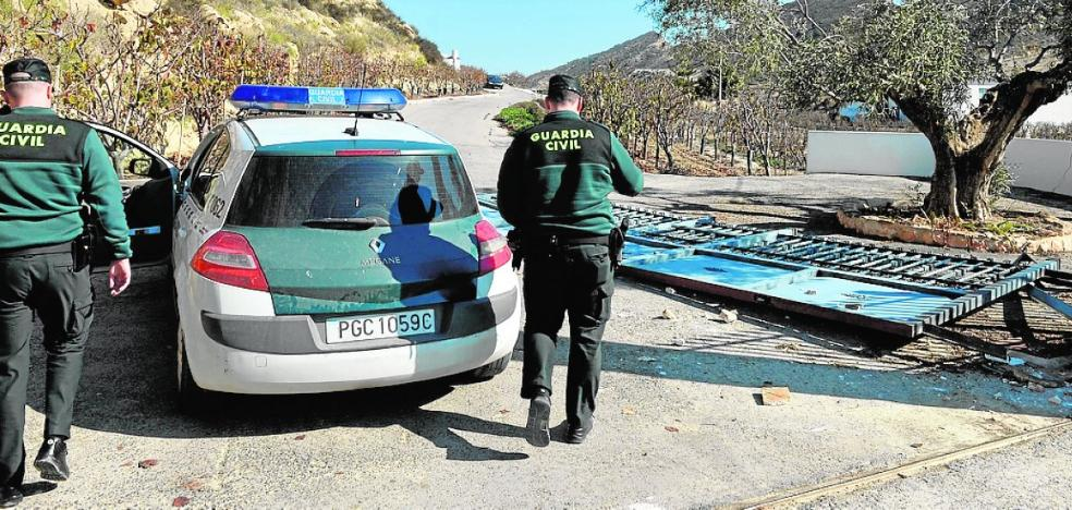 Tres heridos en un robo con violencia en una finca de Beniel