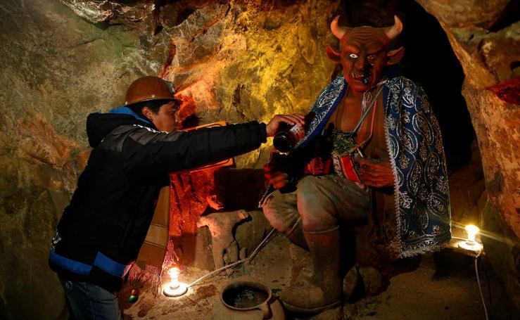 Rito de sacrificio en honor al demonio de los mineros en Bolivia