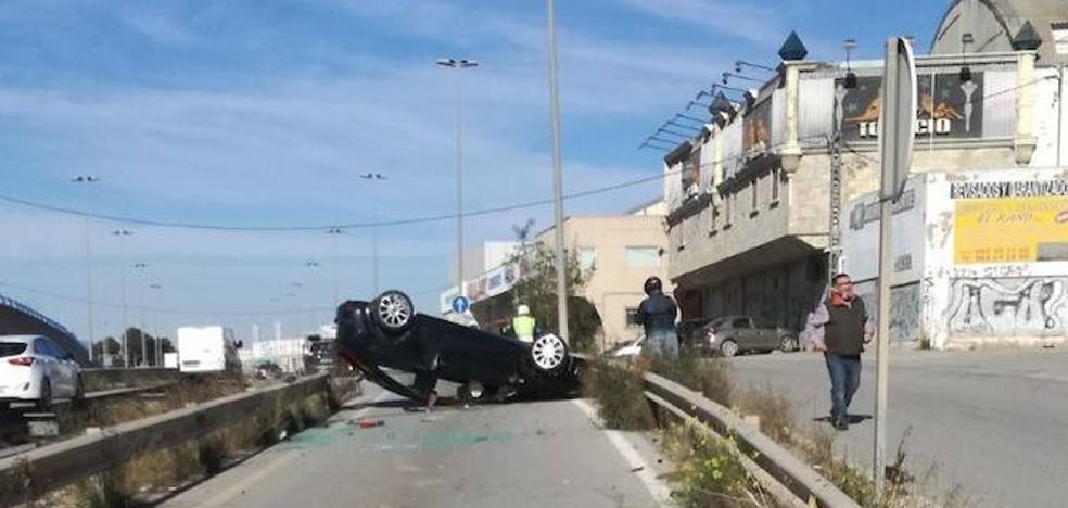 Herido un conductor al volcar con su coche en la N-301, a la altura de Molina