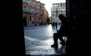 Los mendigos que piden en las iglesias pactan su rotación para evitar conflictos en Murcia