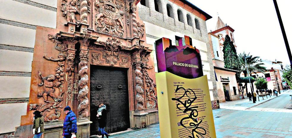Pintarrajean los carteles turísticos con la información de los principales monumentos