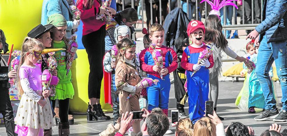 Cientos de niños llenan de disfraces el concurso de carnaval en Juan XXIII