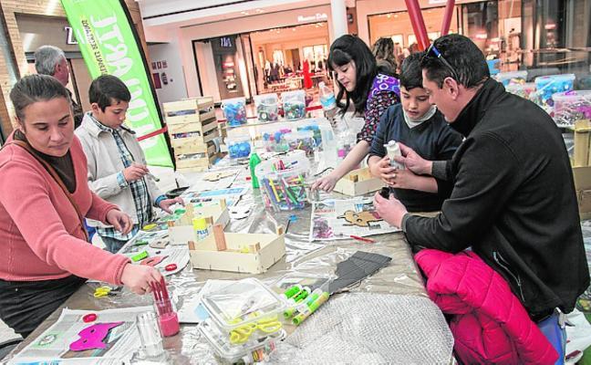 Un taller convierte en arte los restos reciclables
