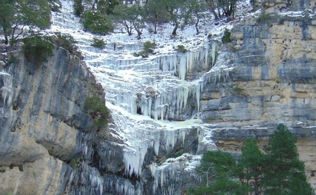 El nacimiento del río Mundo, congelado