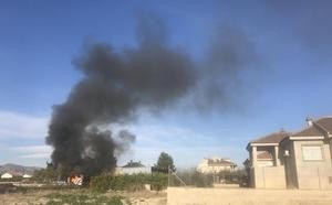 Arden dos remolques en una zona de matorral de Alquerías