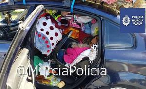 Paran un coche por exceso de carga en Murcia y encuentran a una niña entre los enseres