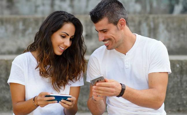 Tres de cada diez españoles admite espiar a su pareja online