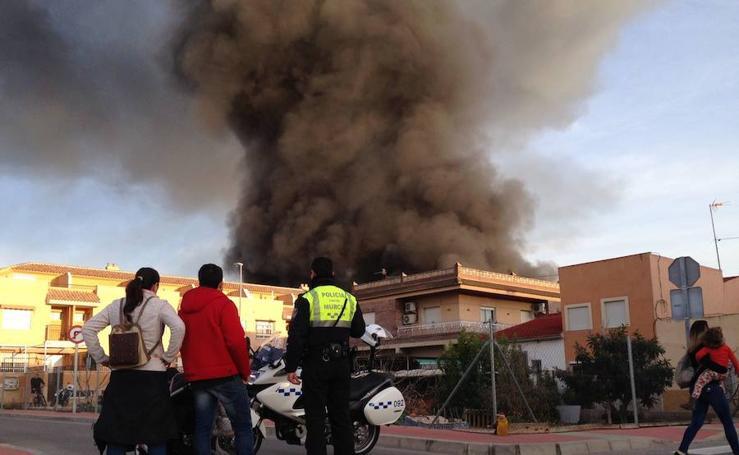 El incendio de la antigua fábrica de Rostoy provoca una gruesa columna de humo