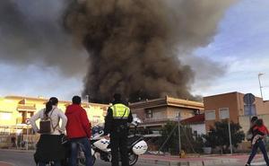 El incendio en una antigua fábrica de Casillas genera una gran columna de humo tóxico