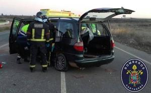 Los bomberos rescatan a dos personas de un coche tras sufrir un accidente en la N-301