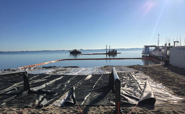 La 'araña finlandesa' comienza a extraer el lodo del Mar Menor