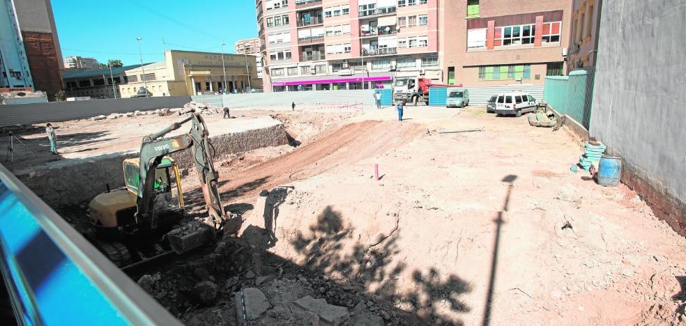 Excavan junto a la Muralla de Carlos III para hacer un edificio de 75 viviendas