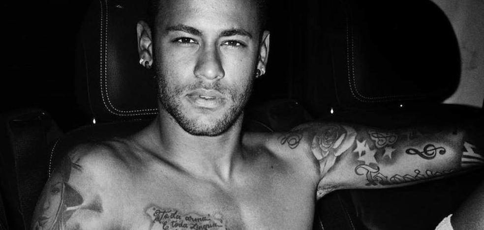 Mario Testino reaparece en la escena pública con una foto de Neymar desnudo