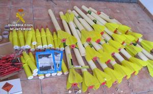 La Guardia Civil desactiva 26 cohetes granífugos hallados en un almacén en Alhama