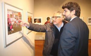 Fernando López Miras inaugura la exposición 'Fotoperiodismo 2017'