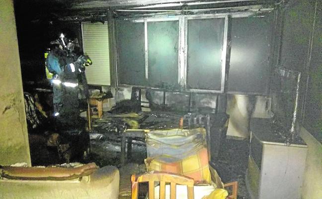 El fuego arrasa el comedor de una casa en Jumilla