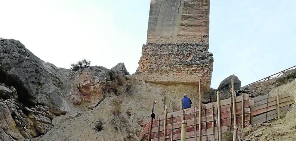 Apuntalan una de las torres de la muralla del castillo de Mula