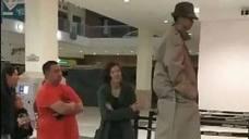 Intentan colarse en el cine fingiendo ser un hombre muy alto