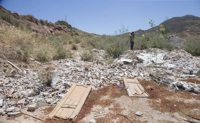 La Asamblea insta a eliminar las escombreras de Lo Campano
