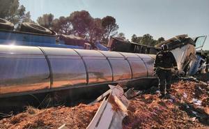 Un camión cisterna vuelca en el límite con la provincia de Albacete