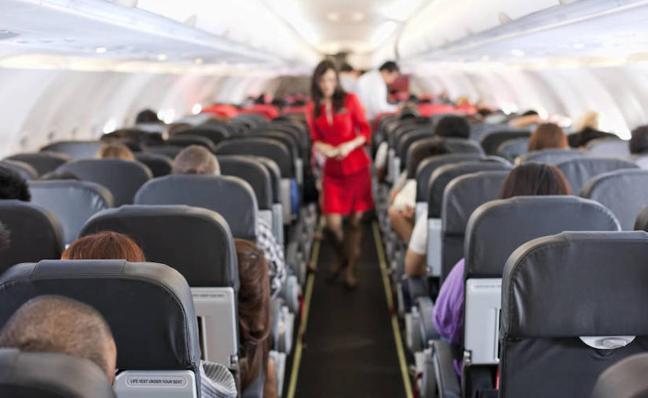 Un avión realiza un aterrizaje de emergencia por los pedos de un viajero
