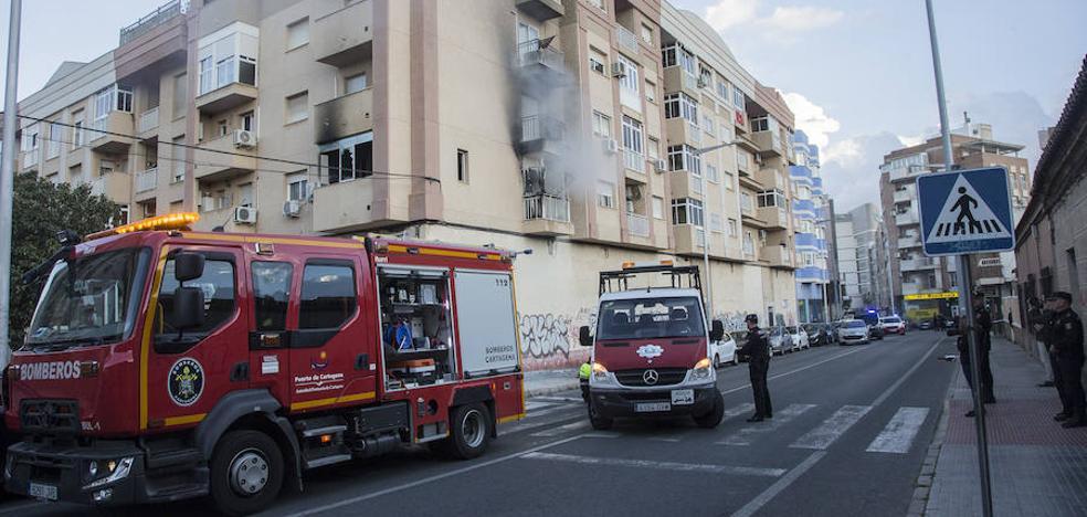 Herido muy grave al saltar al vacío en el incendio de un piso en San Antón