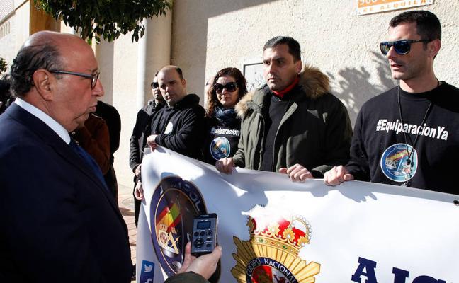 Policías nacionales y guardias civiles exigen la equiparación salarial al director general durante su visita a Alcantarilla
