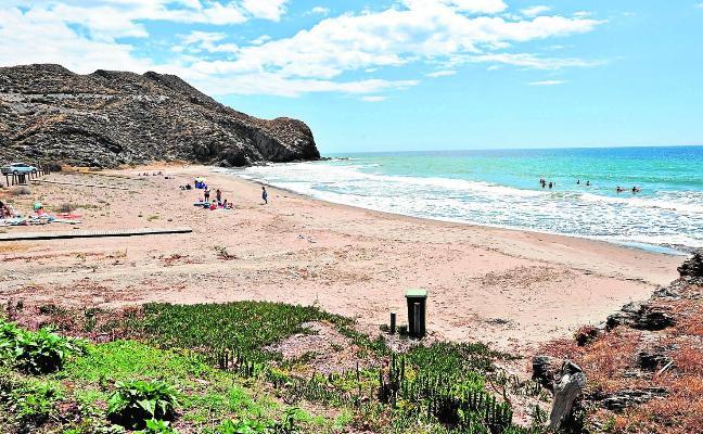 La playa La Junquera será nudista y la Larga, para el baño de mascotas