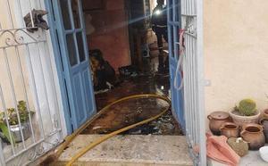 Atendida una mujer mayor en silla de ruedas tras incendiarse su casa en Totana