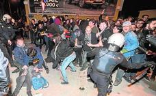 Un joven y cuatro policías heridos en los disturbios de las vías