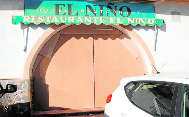 Tabican la puerta del parador de El Niño y el indigente que vivía allí recibe atención social