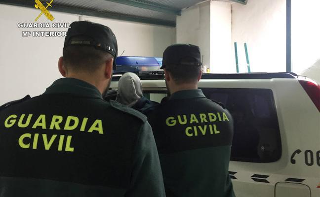 Tres detenidos por robar en dos casas de Abanilla y una farmacia en la provincia de Alicante