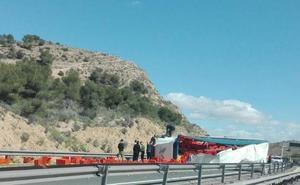 Un camión volcado corta la circulación en la A-7 sentido Murcia