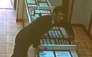 Así se llevó este ladrón 3.500 euros en joyas en una joyería murciana