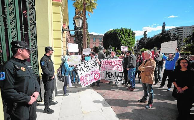 Protesta por la supresión de dos líneas de autobús