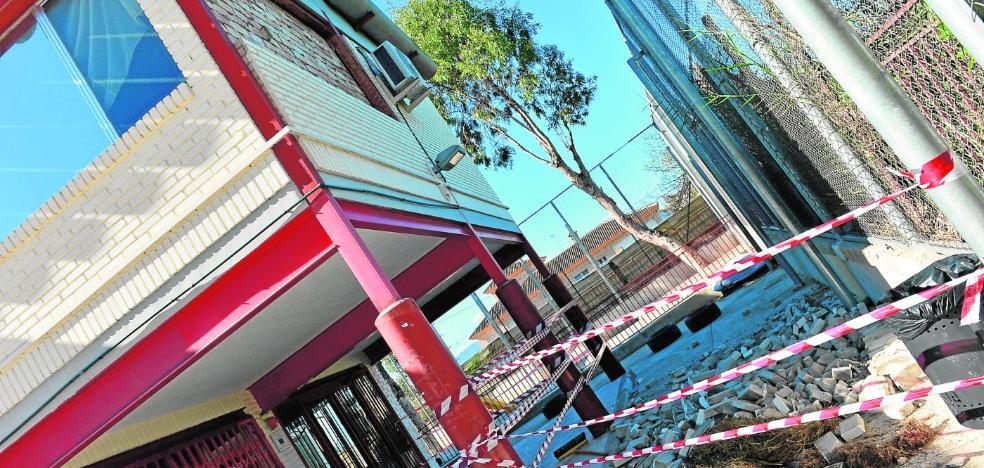 El derrumbe de una fachada obliga a cerrar un colegio en Monteagudo