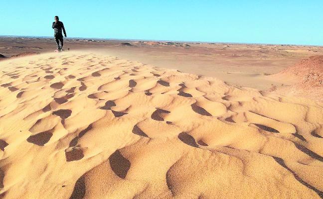 Huertanos en las dunas del Sáhara