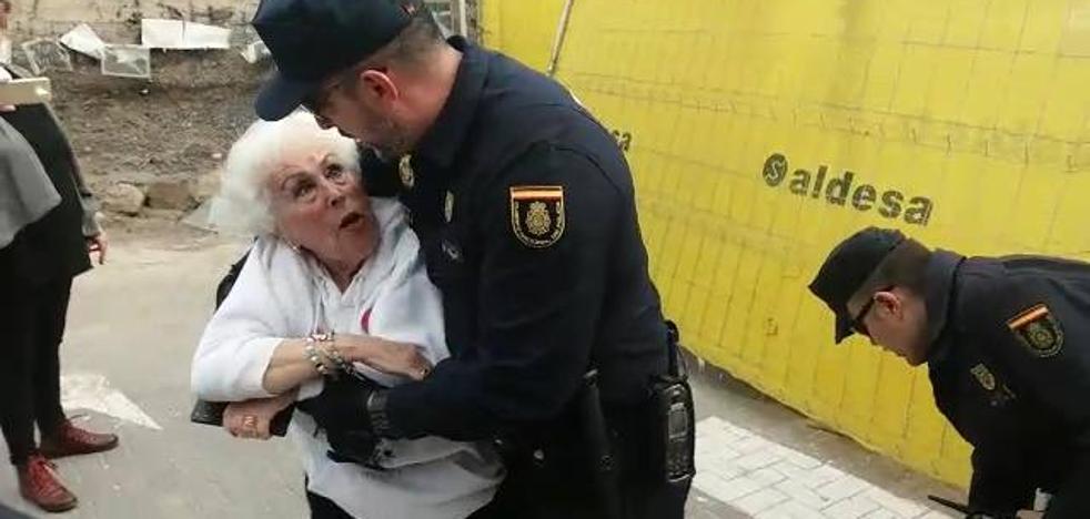 La Policía desaloja a la 'abuela del soterramiento' de las obras del AVE